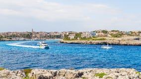 16 DE MAIO DE 2016 Barcos na baía Potro Cristo, Majorca, Espanha Imagens de Stock