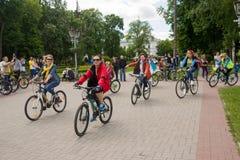 16 de maio de 2015: Poltava ucrânia Ciclismo Women' parada da bicicleta de s Imagens de Stock