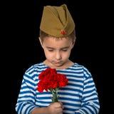 9 de maio Dia da vitória Um rapaz pequeno lamenta sobre os soldados caídos Fotos de Stock Royalty Free