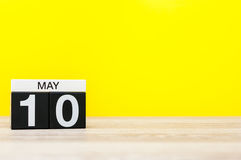 10 de maio Dia 10 do mês, calendário no fundo amarelo Tempo de mola, espaço vazio para o texto International ou mundo Foto de Stock