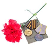 9 de maio fundo com as medalhas da grande guerra patriótica, de cravos vermelhos e de fita de George Imagens de Stock Royalty Free