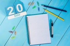 20 de maio A imagem de pode calendário de madeira da cor 20 no fundo azul Dia de mola, espaço vazio para o texto Metrologia do mu Imagens de Stock Royalty Free