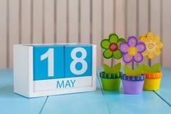 18 de maio A imagem de pode calendário de madeira da cor 18 no fundo branco com flores Dia de mola, espaço vazio para o texto Imagens de Stock Royalty Free