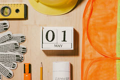 1º de maio a imagem de pode 1 calendário de madeira dos blocos do branco com constr Foto de Stock