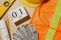 1º de maio a imagem de pode 1 calendário de madeira dos blocos do branco com constr Imagens de Stock Royalty Free