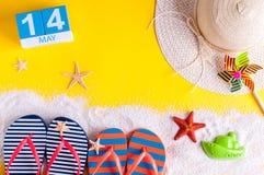 14 de maio A imagem de pode o calendário 14 com os acessórios da praia do verão A mola gosta do conceito das férias de verão Fotos de Stock Royalty Free