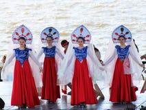 9 de maio de 2018 Izhevsk, Rússia Meninas que dançam danças populares no festival fotos de stock