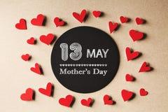 13 de maio mensagem do dia de mães com corações pequenos Fotos de Stock