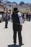 20 DE MAIO DE 2018 - OATMAN, O ARIZONA: Os atores retratam um tiroteio ocidental velho do fora da lei no meio-dia, dramatizado pa foto de stock