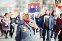 9 de maio de 2017, perspectiva de Nevsky, St Petersburg, R?ssia O feriado pode sobre 9, uma mulher idosa leva um sinal da a??o do fotos de stock royalty free