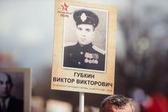 9 de maio de 2017, perspectiva de Nevsky, St Petersburg, R?ssia Pode 9 o feriado, sinais da a??o do regimento imortal, uma multid fotos de stock royalty free