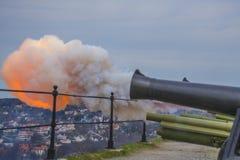8 de maio, a saudação de canhão de fredriksten a fortaleza, o acendimento Imagens de Stock