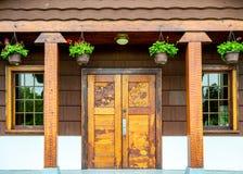 26 de maio de 2019 - Surrey, BC: Portas de madeira cinzeladas, abrigo do piquenique no parque do arco da paz fotografia de stock