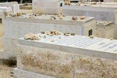 8 de maio de 2018 três adolescentes de sorriso novos sentam-se ao redor perto da entrada ao túnel do ` s de Hezekiah no Jerusalém fotos de stock