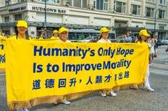 12 de maio de 2019 - Vanc?ver, Canad?: Membros de Falun Dafa na parada atrav?s das ruas da baixa no dia de m?e 2019 imagens de stock royalty free