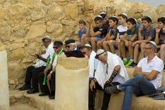 7 de maio de 2018 Worshippers que participam em uma cerimônia judaica de Miztvah da barra do ar livre no local da sinagoga velha  imagens de stock royalty free