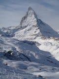 De majestueuze alpiene Matterhorn-berg torenhoog boven de stad van Zermatt, Zwitserland Stock Foto