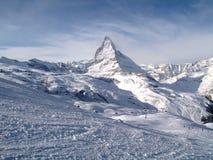 De majestueuze alpiene Matterhorn-berg torenhoog boven de stad van Zermatt, Zwitserland Royalty-vrije Stock Afbeelding