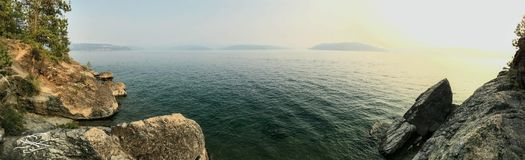 De majestueuze Bergen ontmoeten het Water stock fotografie