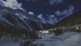 De majestueuze scène van de de winternacht van Venosta-vallei in Zuid-Tirol stock afbeelding