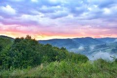 De Majestueuze zonsondergang in het bergenlandschap Donkere hemel vóór onweer Karpatisch, Roemenië, Europa Karpatisch, de Oekraïn Stock Afbeeldingen