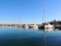 白色游艇在伯尔马de Majorca小游艇船坞 免版税图库摄影