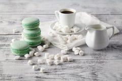 De makaron van muntkoekjes met melk en koffie stock foto's