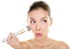 De make-up bloost weg schoonheidsvrouw grappig kijken Stock Afbeeldingen