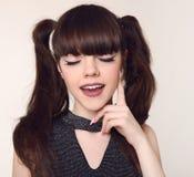De make-up en het kapsel van de schoonheidstiener Gelukkige Donkerbruine Tiener sm Stock Foto's