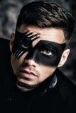 De make-up van de fantasiekunst Jonge mens met zwart geschilderd masker op gezichts dicht omhoog Portret Professionele maniermake Stock Foto's