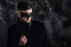 De make-up van de fantasiekunst mens met zwart geschilderd masker op gezicht Sluit omhoog portret Professionele maniermake-up Stock Foto