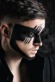 De make-up van de fantasiekunst mens met zwart geschilderd masker op gezicht Sluit omhoog portret Professionele maniermake-up Stock Afbeeldingen