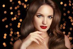 De Make-up van de manier Elegant kapsel Mooie donkerbruine het glimlachen wi Royalty-vrije Stock Afbeeldingen