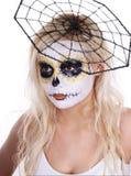 De make-up van de schedel op jong meisje met spinneweb op haar hoofd Stock Afbeelding