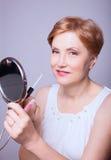 De make-up van de vrouwenleeftijd Stock Afbeeldingen