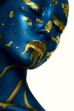 De make-up van Halloween De jonge Vrouw van de close-upschoonheid met blauwe gouden Huid stock foto