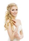 De Make-up van het vrouwengezicht, Lang Krullend Blond Haar, Model Wit Make Up, stock afbeeldingen