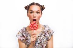 De Make-up van de manier Het Portret die van het schoonheidsmeisje Kleurrijke lolly houden Hete Rode Lippen Het nagellak manicure royalty-vrije stock foto