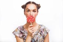 De Make-up van de manier Het Portret die van het schoonheidsmeisje Kleurrijke lolly houden Hete Rode Lippen Het nagellak manicure stock afbeelding