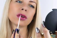 De Make-up van de schoonheid Close-up van Mooi blond Vrouwengezicht met blauwe ogen en Vlotte Huid Volledige Lippen met Lipgloss  Stock Afbeelding