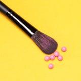 De make-upborstel met flikkering bloost ballen royalty-vrije stock fotografie