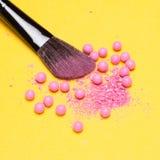 De make-upborstel met verpletterde en gehele flikkering bloost ballen stock afbeelding