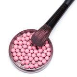 De make-upborstel op kruik met flikkering bloost ballen stock foto