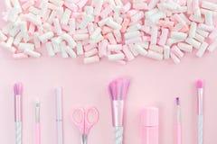 De make-upborstels van de schoonheidseenhoorn op zilveren roze stock fotografie