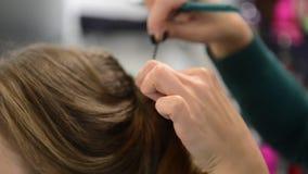 De make-upkunstenaar maakt de make-up van het modellenoog stock footage