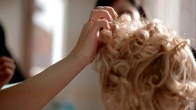 De make-upkunstenaar verklaart aan student hoe te om schoonheidsmiddelen te gebruiken, stock footage