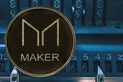De Maker MKR van muntstukcryptocurrency tegen de aantallen van arithmometer royalty-vrije stock afbeeldingen