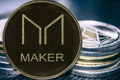 De Maker van muntstukcryptocurrency op de achtergrond van een stapel muntstukken MKR stock afbeeldingen