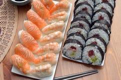 De Makisushi rollen en de nigirisushi met zalm en van garnalenjapan voedsel op het lijstdetail Stock Afbeeldingen
