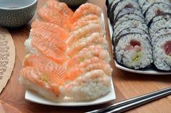 De Makisushi rollen en de nigirisushi met zalm en van garnalenjapan voedsel op het lijstdetail Royalty-vrije Stock Fotografie
